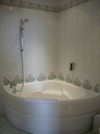 Hotel La Petite Auberge: Baignoire d'angle