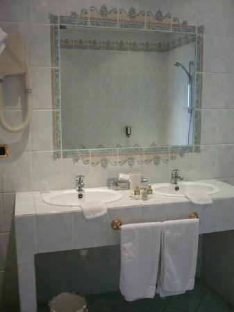 Hotel La Petite Auberge: double lavabos