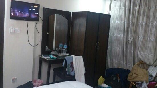 Kathmandu Home Hotel: wardrobe and tv
