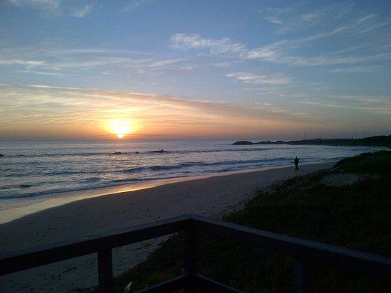 Protea Hotel by Marriott Port Elizabeth Marine : Beach right across the hotel