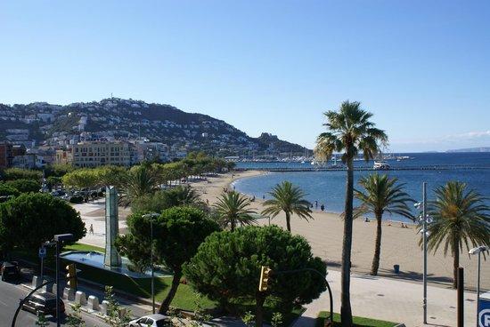 Hotel Marina: The vIew from our balcony towards Roses Marina