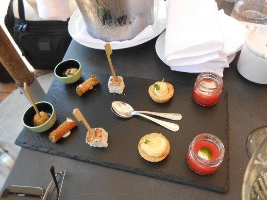 La Posta Vecchia Hotel: The pre meal drink appetizers. On the right a liquid Caprese salad