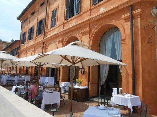 La Posta Vecchia Hotel: The restaurant overlooking the sea