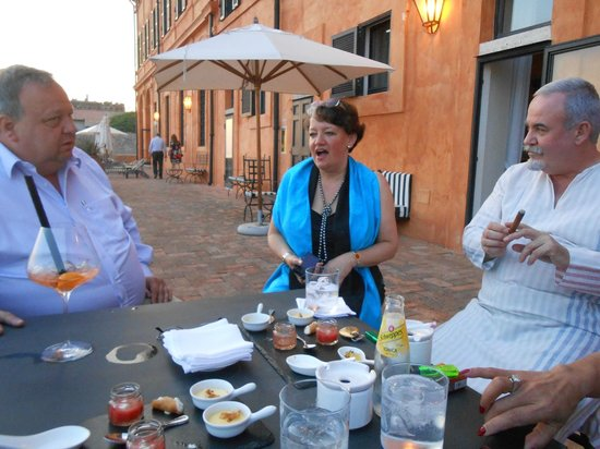 La Posta Vecchia Hotel: Enjoying a drink with friends before dinner