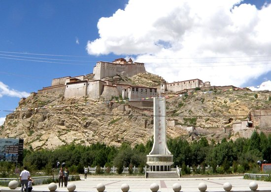 Klosterfestung Dzong: Gyantse Dzong from the plaza