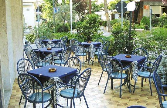 Hotel Aquila D'Oro: Terrazza giardino piano terra