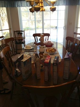Inn the Country: breakfast table (the bagels were in the toaster...)