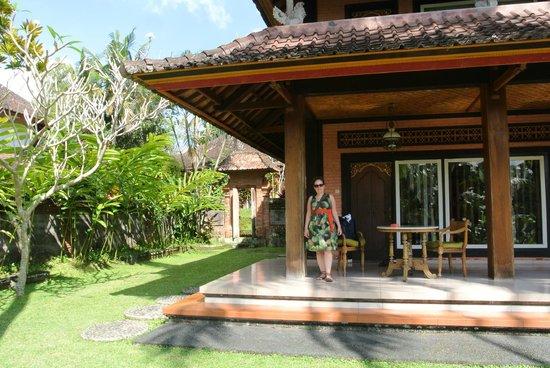 Sanggingan Villa: Verandah outside room