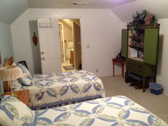 Inn the Country: The Deer Room (twin beds side)