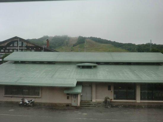 Kamoidake Onsen: かもい岳スキー場を望む