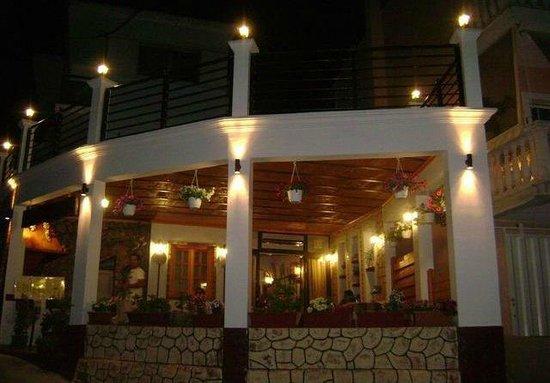 Tassos Village Grill: Greek restaurant with roof terrace.