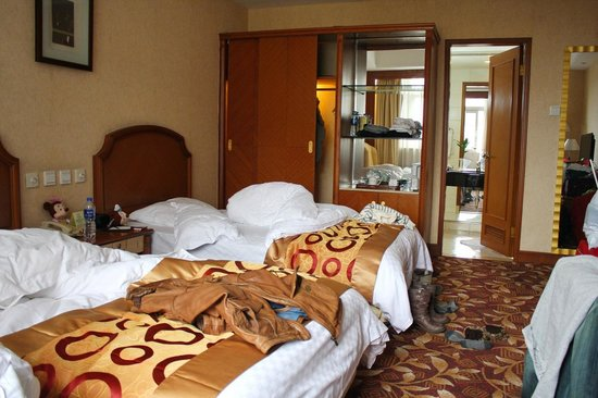 Jinwei Hotel: Our room..messy haha