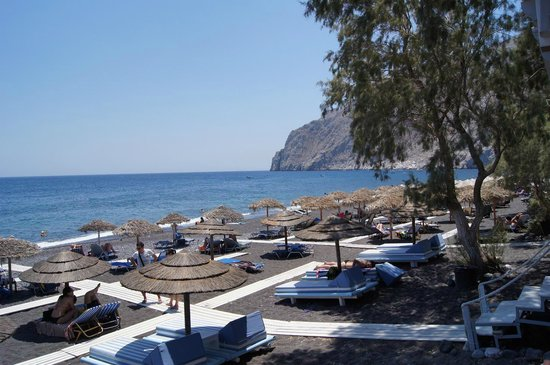 Alesahne Beach Hotel : Kamari Beach and sunbeds