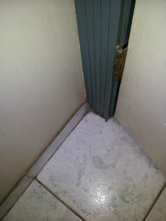Motel Hollywood : Filth behind the Bathroom Door.