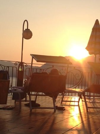 Hotel Tramonto d'Oro: sunset by pool