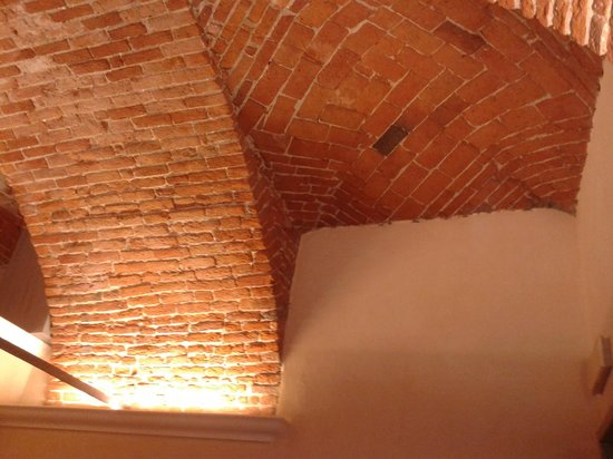 Scorcio del bel soffitto a botte del locale picture of osteria