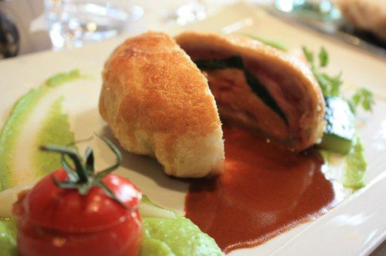 La Source Des Sens : Caille et foie gras cuits en croute, purée de persil plat, navet glacon, tomate farcie piperade