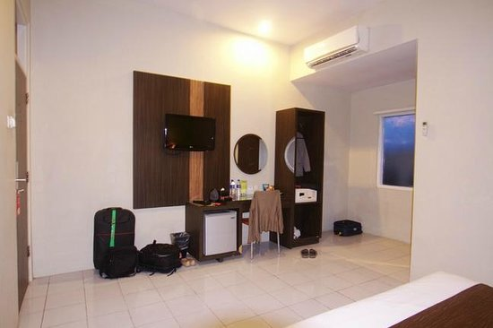 Pose In Hotel: Bedroom