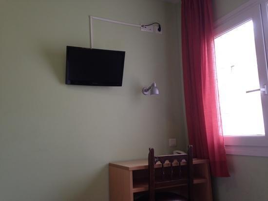 Hotel El Camí: tv met gordijnen