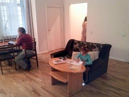 Rigaapartment Gertruda: Comedor sala estar - pequeña cocina al findo