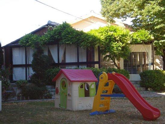 Ristorante Camere Villa dei Tigli: Gazebo coperto e giochi per bambini