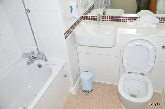 Premier Inn London Angel Islington Hotel: clean bathroom