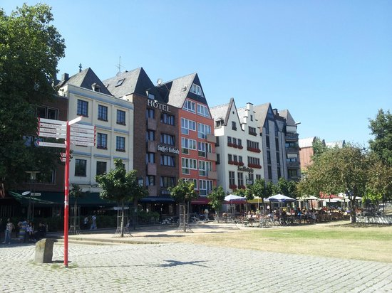 Hotel Drei Kronen: The hotel from the river side