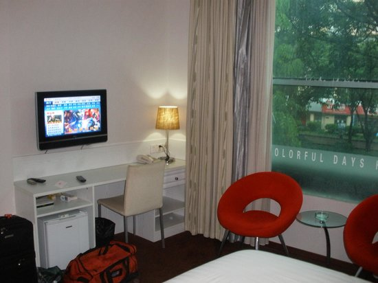 Colorful Days Hotel : bedroom showing window out onto the street