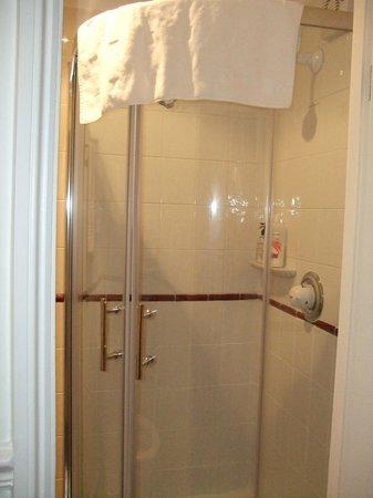 Maison Dieu Guest House: shower