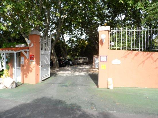 Hostellerie de la Source : Charming Gated Entrance