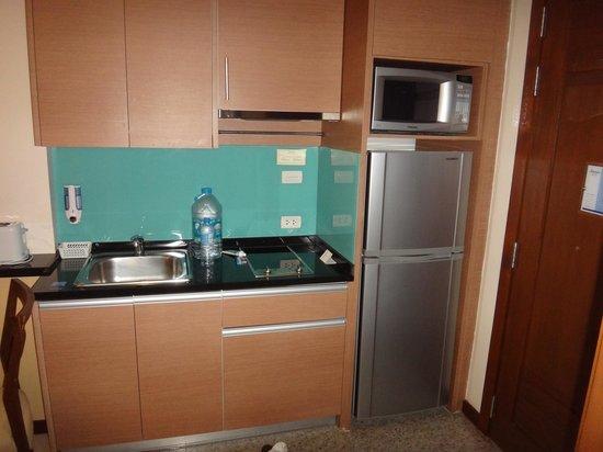 Adelphi Suites Bangkok : kitchenette deluxe suite