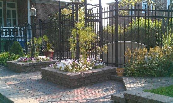 Gîte La Nymphe des Eaux : Back garden