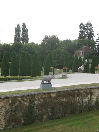 Château de Gilly : Gardens peppered with sculptures