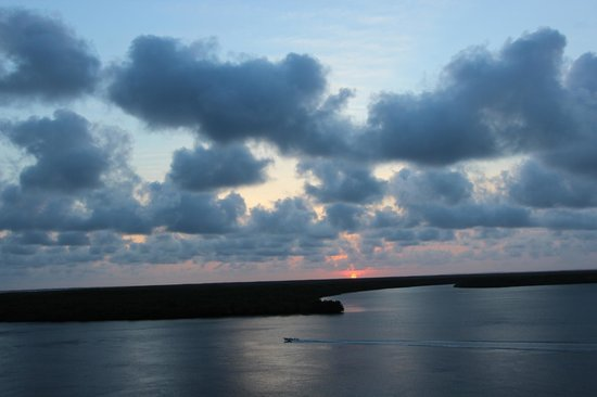 Mike's Camp, Kiwayu Island: Another G&T sunset