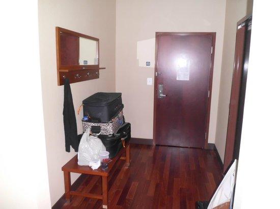 Four Points by Sheraton Philadelphia City Center: wood floor by door/bathroom