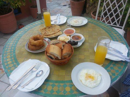 Dar Meziana Hotel: Le petit-déjeuner, sans la boisson chaude qui a été apportée après