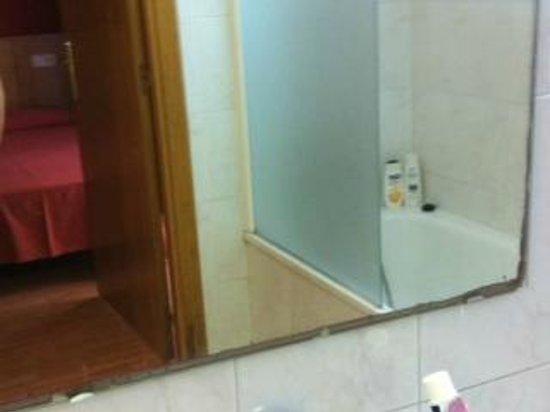 Hotel Ridomar: salle de bains miroir et sanitaires très vieux