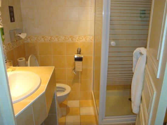 Hôtel Les Cleunes : coin toilette très étroit