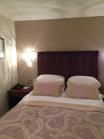Laura Ashley The Manor Elstree: Comfy bed, small room