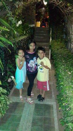 Balandra Hotel: los niños en el ingreso al hotel