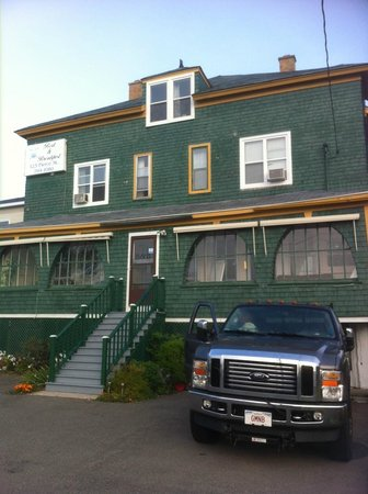 At The Harbourfront Bed & Breakfast Inn: Facade of B&B from parking lot -