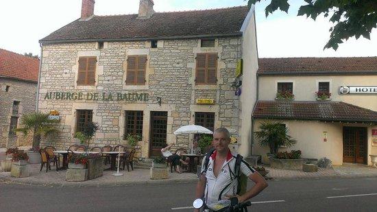 Balot, Francia: La façade de l'Auberge de la Baume