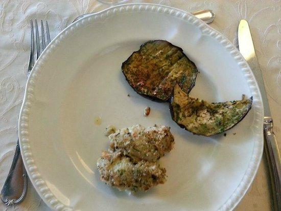 Hotel Orizzonte - Acireale: Secondo del pranzo. due involtini e una fetta e mezzo di melanzana grigliata