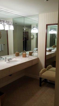 The Fairmont Olympic Seattle: The bathroom area