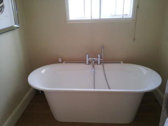 Devonshire Arms: Bath in bathroom of room 6