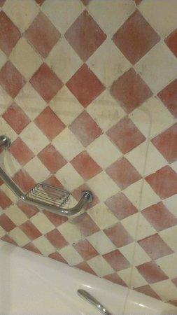 NH Sotogrande: pared en la ducha muy mal mantenida