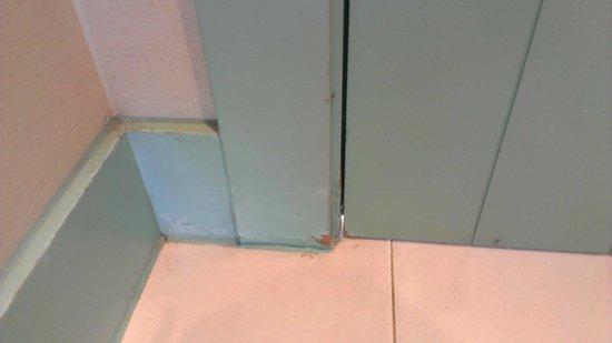 NH Sotogrande: el mal estado de puertas, rodapiés, etc.