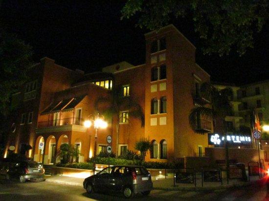 Artemis Hotel : Artemis am Abend