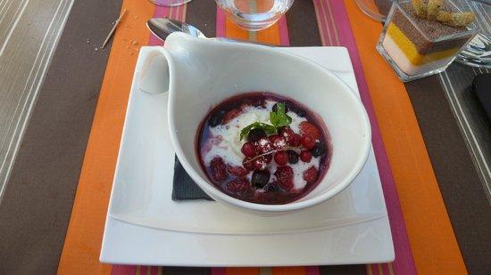L'Atelier des Saveurs: Poëlés de fruits rouges, mousse de yaourt, olives noires confites