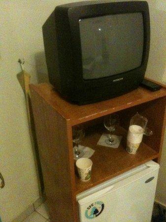 Roussos Beach Hotel: Tv con un solo canale con pessima ricezione